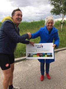 Jan van Duivenboden een van de organisatoren en zelf ook actief mee gefietst overhandigd de cheque met het geweldige bedrag aan Rita Renema mede oprichter van de stichting Als kanker je raakt.