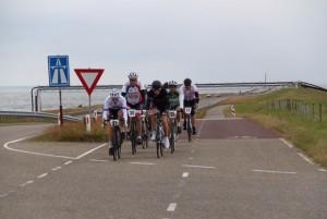 Met de wind strak tegen langs de IJsselmeer dijk